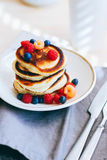 早餐,豪华的薄煎饼用新鲜的莓果 库存照片