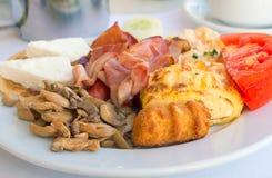 早餐:炒蛋、火腿、蘑菇和菜 图库摄影