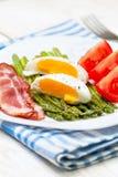 早餐:煮沸的鸡蛋,被烘烤的芦笋 库存照片
