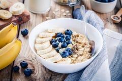 早餐:燕麦粥用香蕉、蓝莓、chia种子和杏仁 库存照片