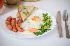 早餐-在白色板材的煎蛋 图库摄影
