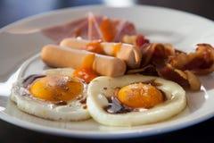 早餐-多士,鸡蛋,烟肉,香肠 免版税库存照片