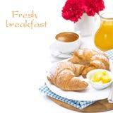 早餐-新月形面包用黄油、浓咖啡和橙汁 免版税库存图片