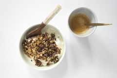 早餐玻璃蜂蜜瓶子倾吐的场面 免版税库存图片