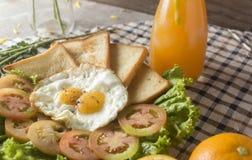 早餐-鸡蛋,三明治,蕃茄,沙拉,调味汁 免版税库存图片