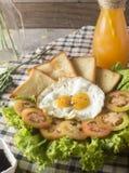 早餐-鸡蛋,三明治,蕃茄,沙拉,调味汁 库存图片