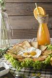 早餐-鸡蛋,三明治,蕃茄,沙拉,调味汁 免版税图库摄影