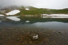 旭区dake山的Mountain湖在北海道日本 库存图片