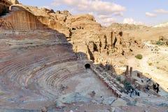 旱谷芭蕉科,约旦- 2012年11月18日:古色古香的剧院顶视图在古老Petra城市 另一个名字对于Petra是罗斯市 图库摄影