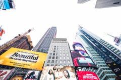 时代广场, NYC/美国- 2016年12月22日:各种各样的摩天大楼和广告牌在显示在繁忙的时代广场NYC 免版税库存图片