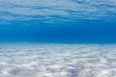时候平静的水中 库存照片
