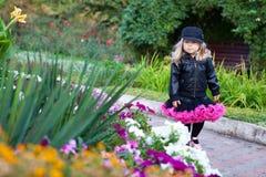 时兴的女孩一点公园走 免版税库存照片