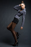 时兴的女孩有趣模型姿势 免版税图库摄影