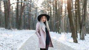 时兴的时髦的帽子和外套standi的年轻美丽的妇女 库存照片