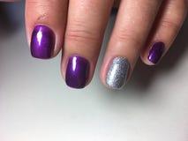 时兴的明亮的紫色修指甲 免版税库存图片