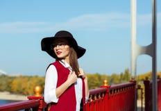 时兴的模型街道画象穿红色服装,黑ha 免版税库存图片
