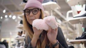 时兴的玻璃和帽子的一个时髦的行家女孩在鞋店跳舞 影视素材