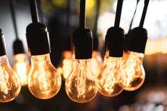 时兴的电灯泡发光与温暖的黄灯 免版税库存图片
