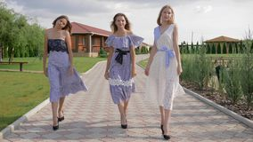 时兴的礼服的时髦的少妇走在走道的在公园 股票视频