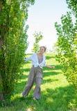 时兴的连衫裤的美丽的boho样式妇女享受自由的在一好日子 库存图片