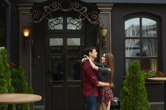 时兴肉欲年轻夫妇拥抱,摆在户外-恋人夫妇在城市 库存图片