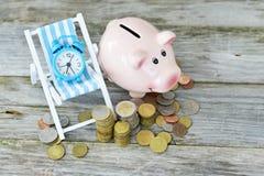 时刻投资您的与金钱的储款概念、闹钟和存钱罐 免版税库存照片