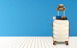 时刻放松,有站立在地板上屋子的帽子的旅行的手提箱 汽车城市概念都伯林映射小的旅行 库存图片