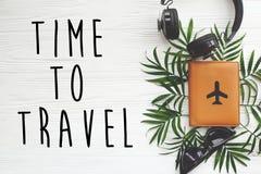 时刻旅行在护照的文本与飞机,减速火箭的黑sunglass 免版税图库摄影