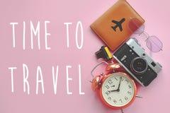 时刻旅行在护照的文本与飞机,太阳镜,照片凸轮 免版税库存图片