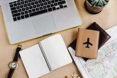 时刻计划旅行概念、时髦的笔记本地图和护照o 免版税库存图片