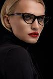 时尚与红色嘴唇和黑镜片框架的构成模型 免版税库存照片