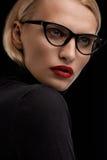 时尚与红色嘴唇和黑镜片框架的构成模型 免版税图库摄影