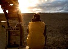 时尚人坐在飞机,在日落的透视里面 免版税库存图片
