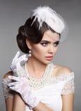 时尚减速火箭的端庄的妇女画象 美好的逗人喜爱的发型锁定模型纵向配置文件婚礼 Brunett 库存照片
