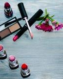 时尚化妆用品构成 平的位置,在桃红色背景的顶视图 为一个真正的夫人设置 免版税库存照片