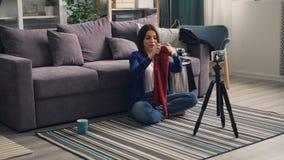 时尚博客作者关于衣物藏品套头衫的录音录影谈话为照相机 股票录像