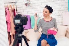 时尚博客作者女孩阻止五颜六色的耳环对照相机 免版税库存图片