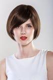 时尚发型魅力少妇画象 免版税库存照片