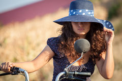 时尚可爱的女孩画象有帽子的除一辆老滑行车以外 库存照片