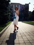 时尚和生活方式概念-帽子的美丽的妇女享受夏天的户外 图库摄影