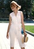 时尚和生活方式概念-帽子的美丽的妇女享受夏天的户外 免版税库存照片