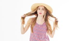 时尚和生活方式概念-拿着她的头发curles的帽子的美女享受夏天户外被隔绝在白色 库存照片