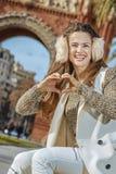 时尚商人在巴塞罗那,显示心形的手的西班牙 库存照片