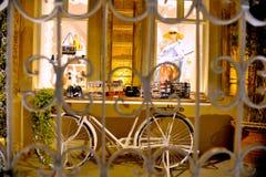 时尚商店销售与时装模特的窗口显示 与异常的自行车显示的商店前面 sant 库存照片