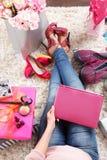 时尚在家放松恋人的妇女 免版税图库摄影