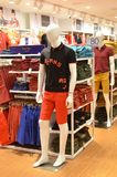 时尚在百货商店的衣裳显示在范例购物中心, Jo 库存图片
