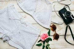 时尚夏天女孩衣裳设置了与照相机和辅助部件 夏天成套装备 时髦时尚太阳镜,花 夏天Essenti夫人 免版税库存图片