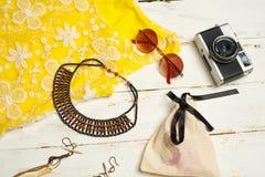 时尚夏天女孩衣裳设置了与照相机和辅助部件 夏天成套装备 时髦时尚太阳镜,花 夏天Essenti夫人 库存图片