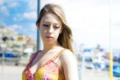 时尚夏天海滩的女孩 库存照片