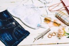 时尚夏天被设置的女孩衣裳,辅助部件 夏天成套装备 时髦时尚太阳镜花 夏天精华夫人 创造性的De 免版税库存图片